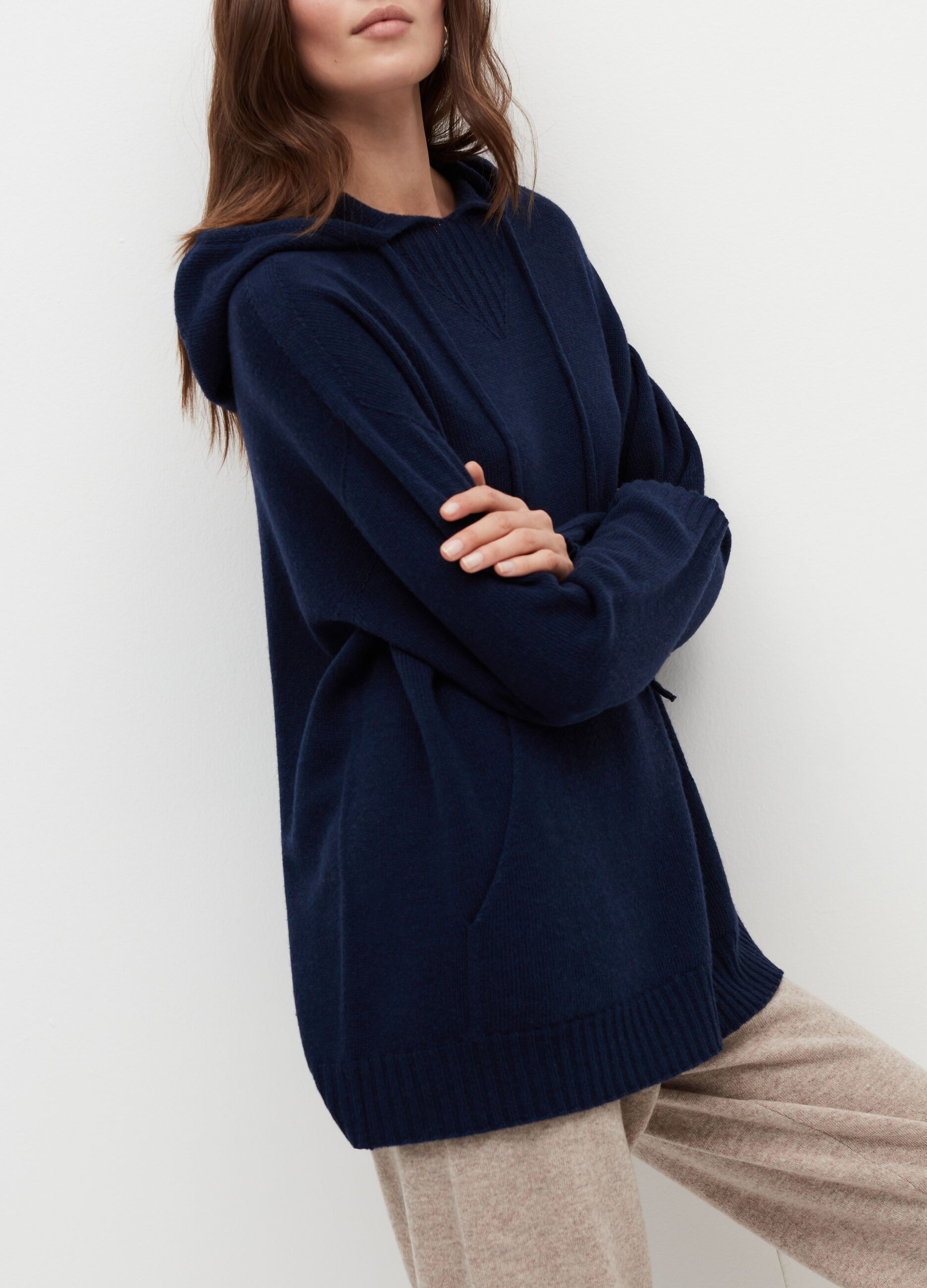 Pullover with hood in wool and cashmere. Blue