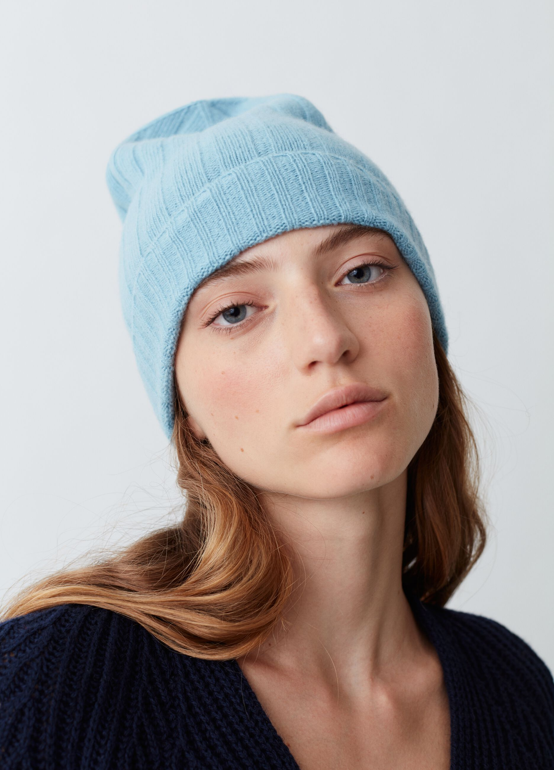 Beanie in wool with wide ribbed knit. Light Blue