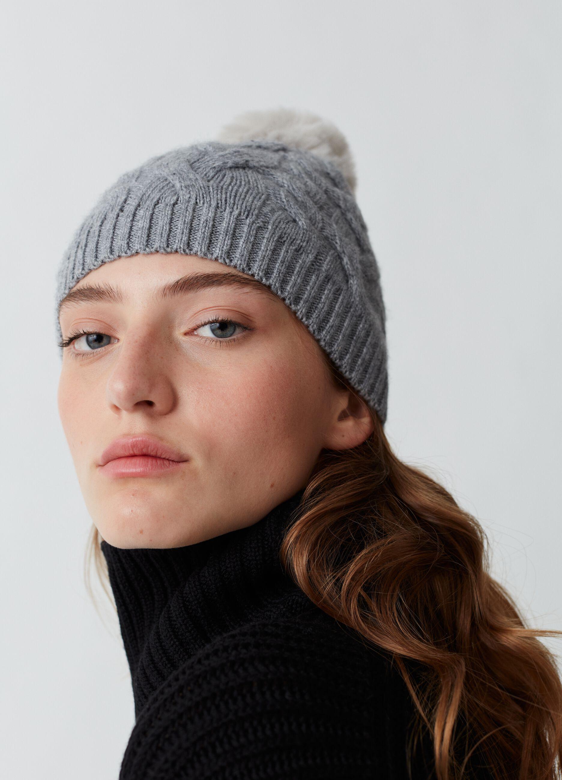 Berretto di lana a trecce con pon pon Grigio